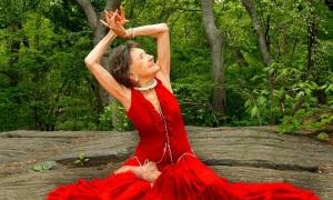 Cuộc sống trẻ trung của huấn luyện viên yoga 99 tuổi