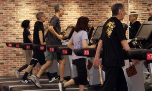 Người già đến phòng gym