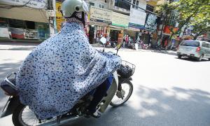 Vướng áo chống nắng, bé bị cuốn vào bánh xe máy