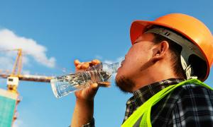 Nắng nóng nên uống nước như thế nào?