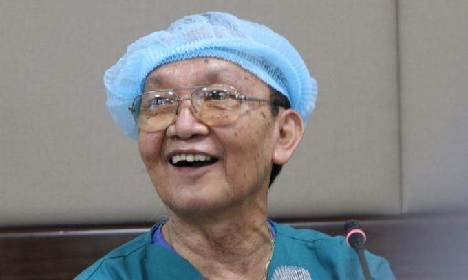 Bác sĩ Trần Đông A: 'Ca mổ tách hai cháu dính nhau khả quan'