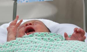 Bé sơ sinh bị bỏ rơi ở khe tường nhiễm trùng nặng hơn