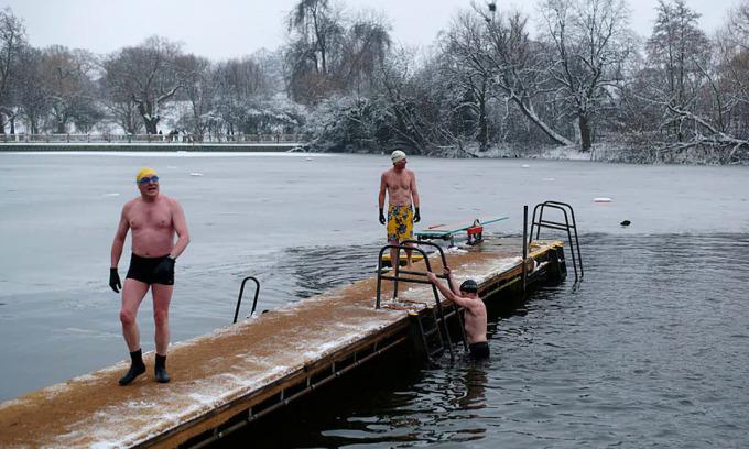 Bơi trong nước lạnh có thể ngăn lão hóa