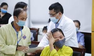 Bác sĩ chung tay hỗ trợ bệnh nhân vùng lũ
