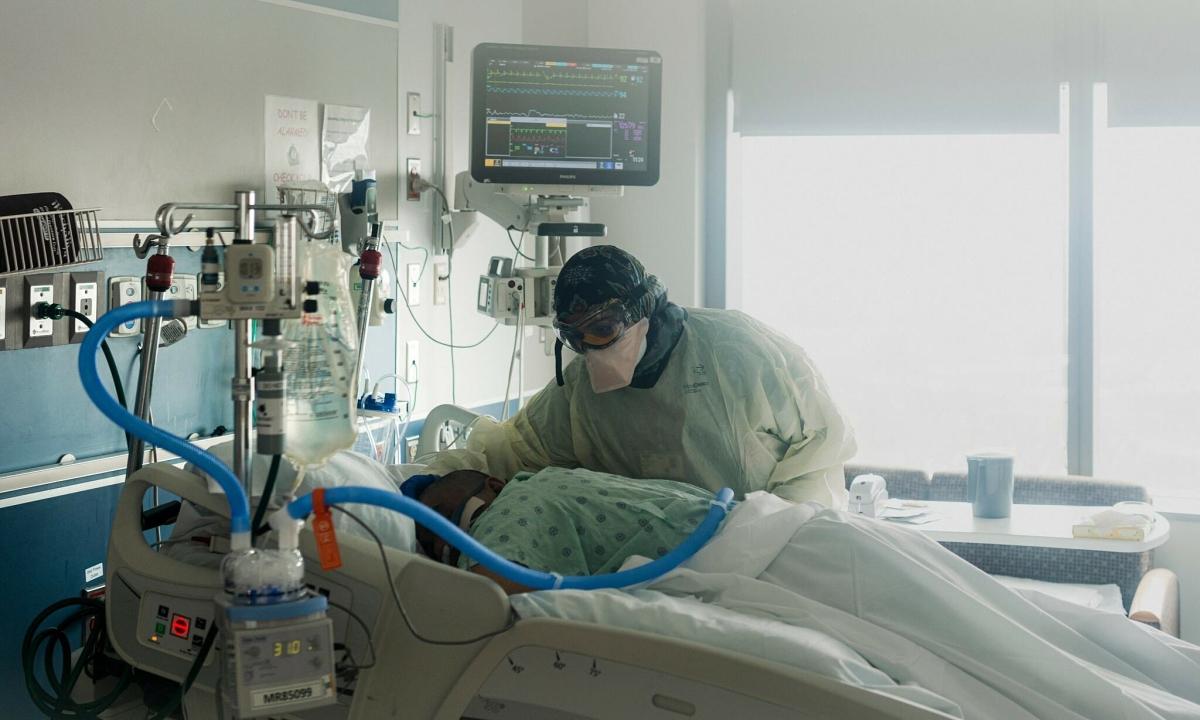Nằm sấp giảm áp lực phổi cho người bệnh Covid-19